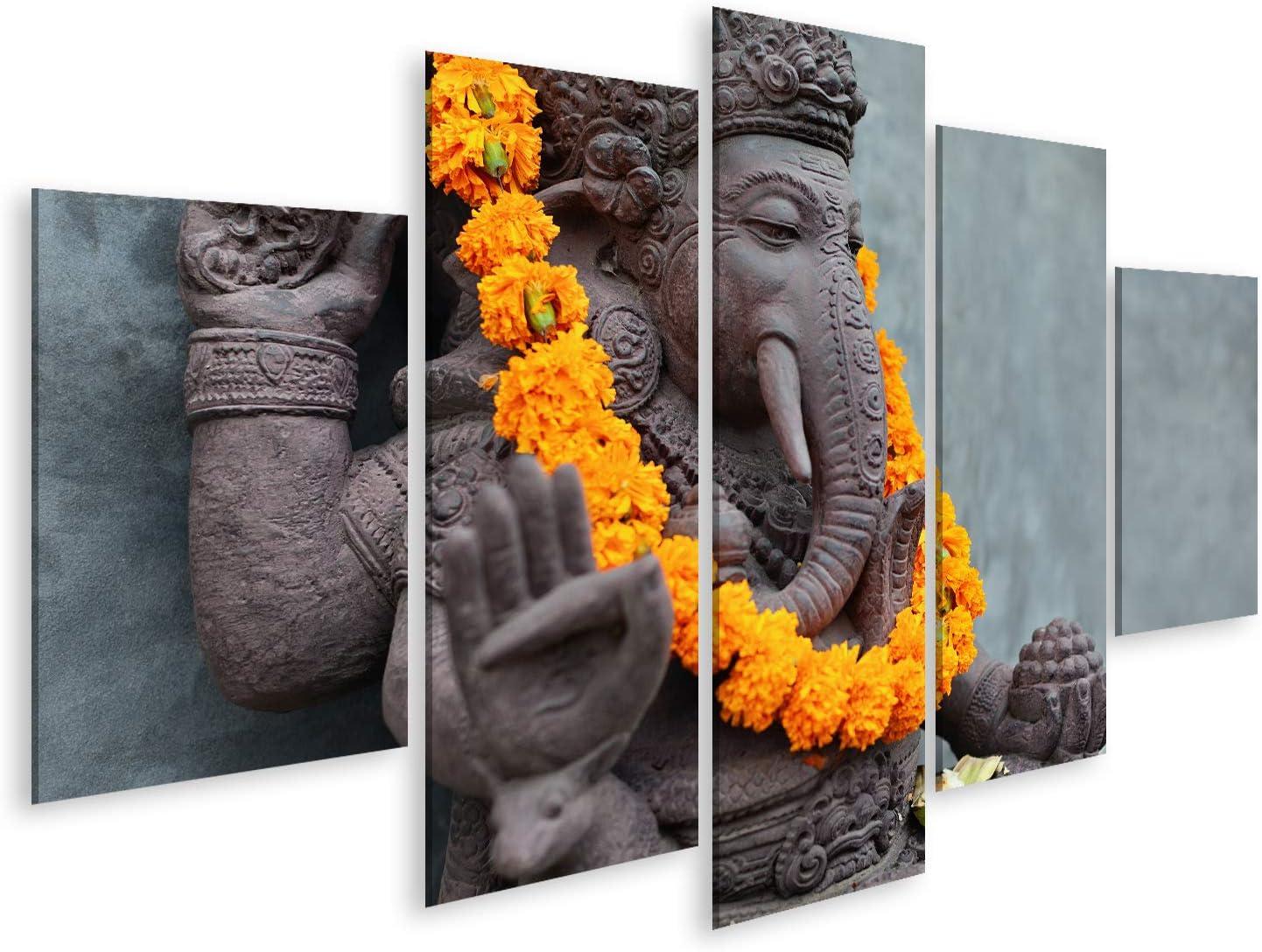 Cuadro Cuadros Ganesha con máscaras Barong balinesas sentadas frente al templo. Decorado para la fiesta religiosa con collar de flores de color naranja y ofrenda ceremonial. Viajes de fondo,