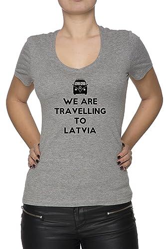 We Are Travelling To Latvia Mujer Camiseta V-Cuello Gris Manga Corta Todos Los Tamaños Women's T-Shi...