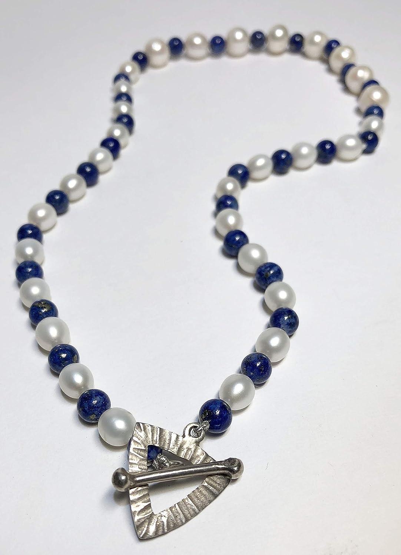 Collar corto de perlas cultivadas de rio y lapislázuli natural. Gargantilla de plata, perlas y lapislázuli