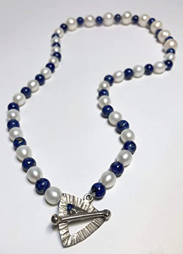 42bfe0bae447 Collar corto de perlas cultivadas de rio y lapislázuli natural. Gargantilla  de plata
