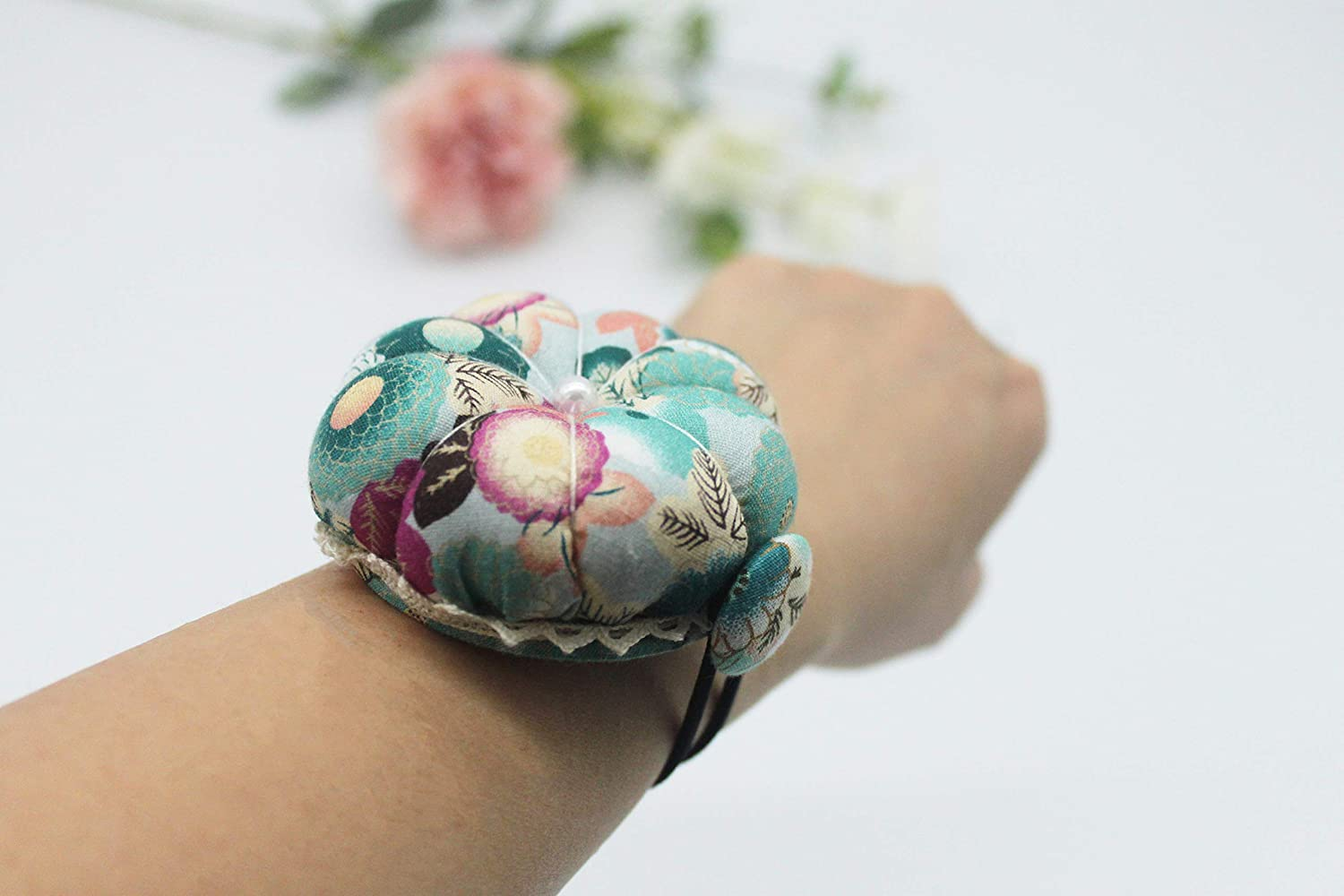 Cross Stitch Sewing Home Sewing Tools Pumpkin Shaped Pincushion Holder DIY Tool Multi-Purpose Flora Flower Fabric Sewing Needles Pin Cushion with Elastic Wrist Belt Sewing Machine Decoration