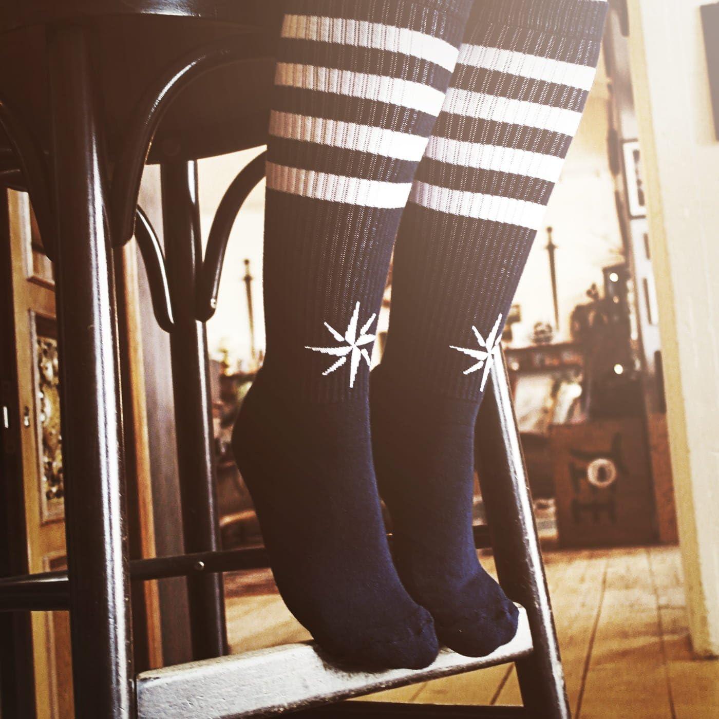 kniehoch Blau Unisex Str/ümpfe Wei/ß gestreift mit Windrose Jack Socken von ROCKASOX
