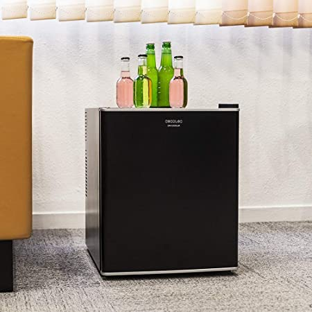 Cecotec mini bar GrandCooler 10000 Silent Black, de 46 L de capacidad, eficiencia energética A+, tecnología termoeléctrica, silencioso, luz LED interior y sistema Auto Defrost.
