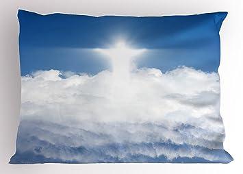 Religiosa almohada Sham por Ambesonne, Vivid silueta de color blanco sobre azul cielo con nubes