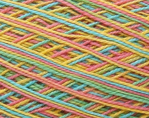 Ovillo grande de hilo de algodon color arco iris matizado. Para ...