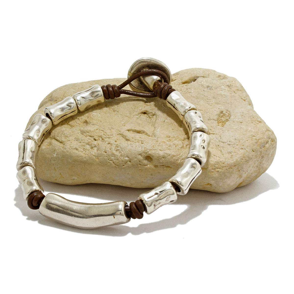 Hecho a mano, pulsera de cuero y piezas de zamak plata hecha por Intendenciajewels - Pulsera con abalorios de plata - Pulsera de cuero para mujer - Pulsera Boho - Regalo para mujer.