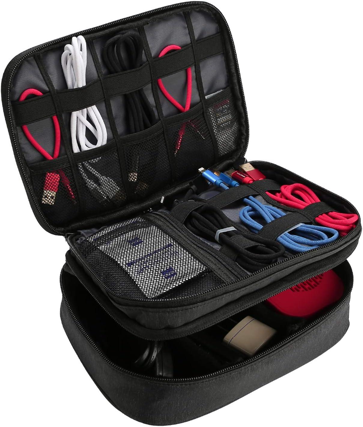 ProCase Organizador de Viaje para Electrónica, Bolsa de Almacenamiento de Capa Doble Caja de Transporte Universal para Equipo de Viaje iPad Mini Cables Cargador Adaptador Disco Duro y Más –Negro