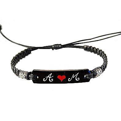 Bracelet saint valentin personnalisé avec deux initiales et cœur rouge.  Bracelet tressé extensible macramé noir