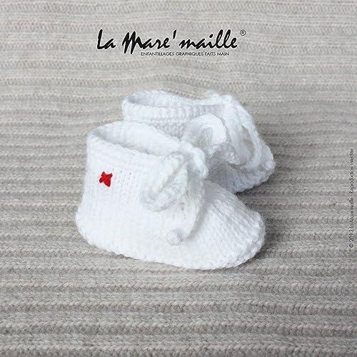 5a3ffb1cf84b7 Chaussons bébé façon sneaker en maille unisexe laine blanche avec lacets  tricot main La Mare