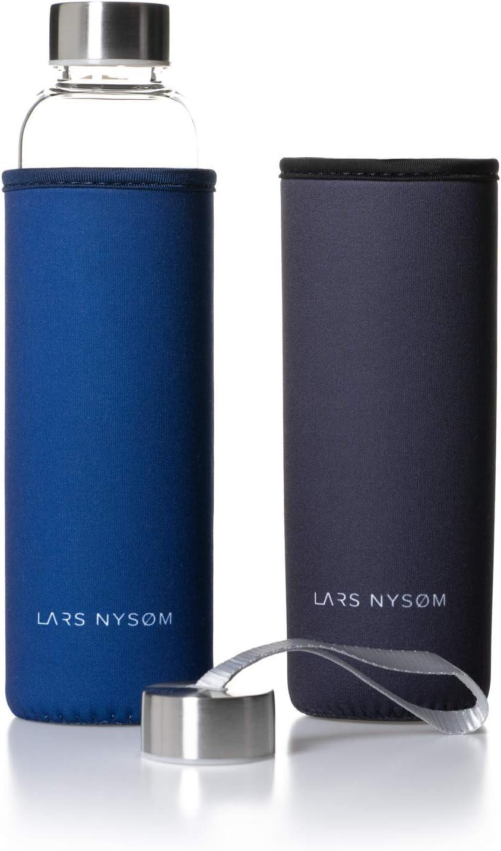 Lars NYSØM – Botella de Agua de Cristal Pure Life α de 550ml – Sin plástico, Dos Fundas de Neopreno (Azul y Negro), Botella de Vidrio Borosilicate (Bebidas Calientes y frías) – Dos Tapas – 320gr