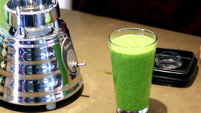 How to Make a Green Smoothie for a Raw Food Diet