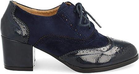 Zapato de Tacon Cuadrado con Cordones Redondos y Patron Calado Tipo Oxford. Altura del Tacon: 6 cm.