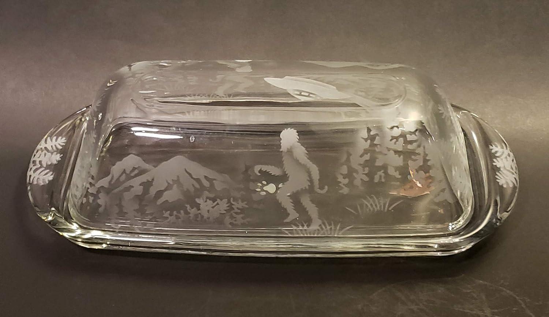 Bandeja para servir mantequilla grabada a mano permanentemente arenada (tallada en arena) hecha a mano en Estados Unidos (Big Foot UFO Forest Mountain): ...