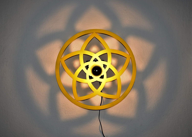 Venusblume | Lampe | Wandbeleuchtung | Holz | Holzlampe | Liebe | Harmonie | Lichtspiel an der Wand | inkl. kopfverspiegleter LED-Lampe und Kippschalter | Ø 33cm | ca. Ø 60cm Licht-/Schattenspiel |