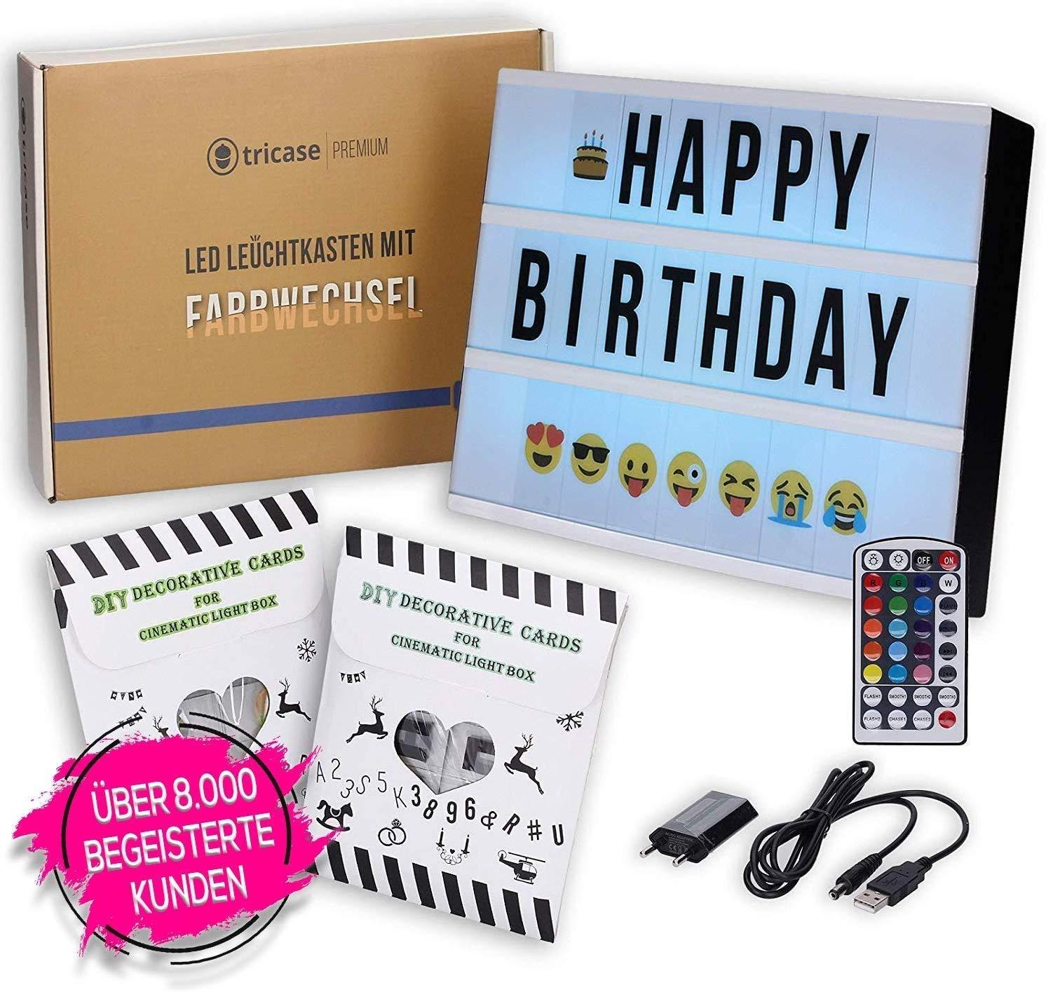 tricase LED Lightbox mit Buchstaben – A4 Leuchtkasten mit Farbwechsel, MEGA Set inkl. 173 Buchstaben, 85 farbige Emojis, 1,5m USB Kabel, Netzteil, Fernbedienung mit Dimmer, Perfektes Deko Geschenk Bild