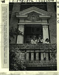 Historic Images - 1981 Press Photo Students at Entrance of Covington Middle School House