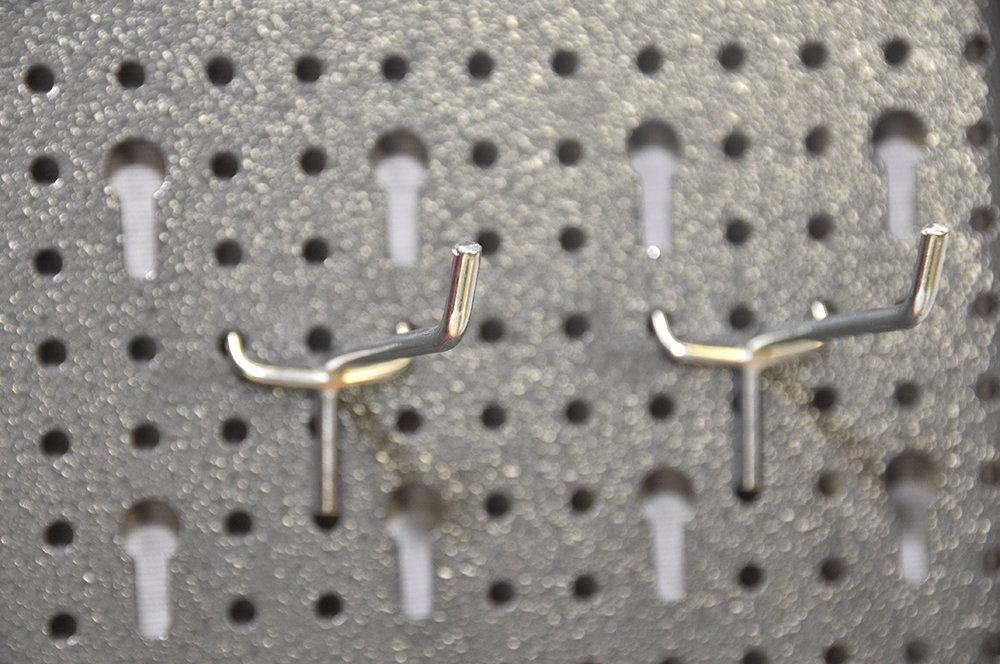 und Industriegebrauch. Topp f/ür den Heim Aus robustem Material in Hammerschlag-Grau und Rot Metallschrank inklusive Hakenwand mit 20 Haken und Euro Lochung