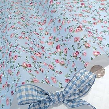 Un metro de algodón popelín con diseño floral rosado y Blanco sobre gris pálido