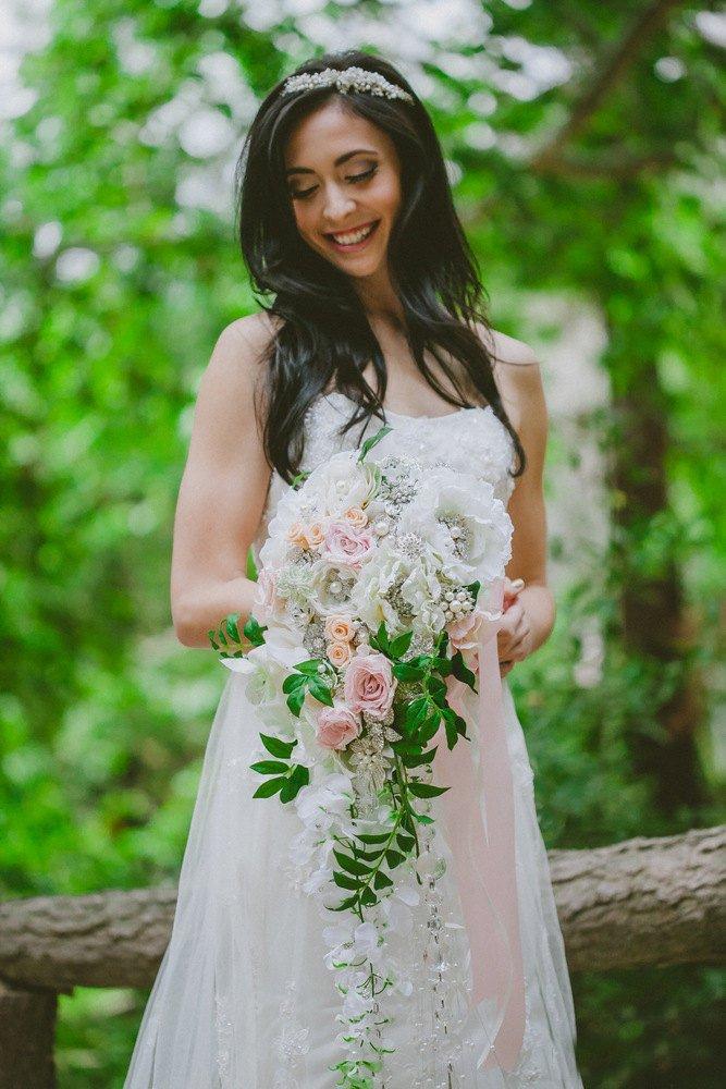 Ramo de flores blancas en cascadahttps://amzn.to/2Ei0xux