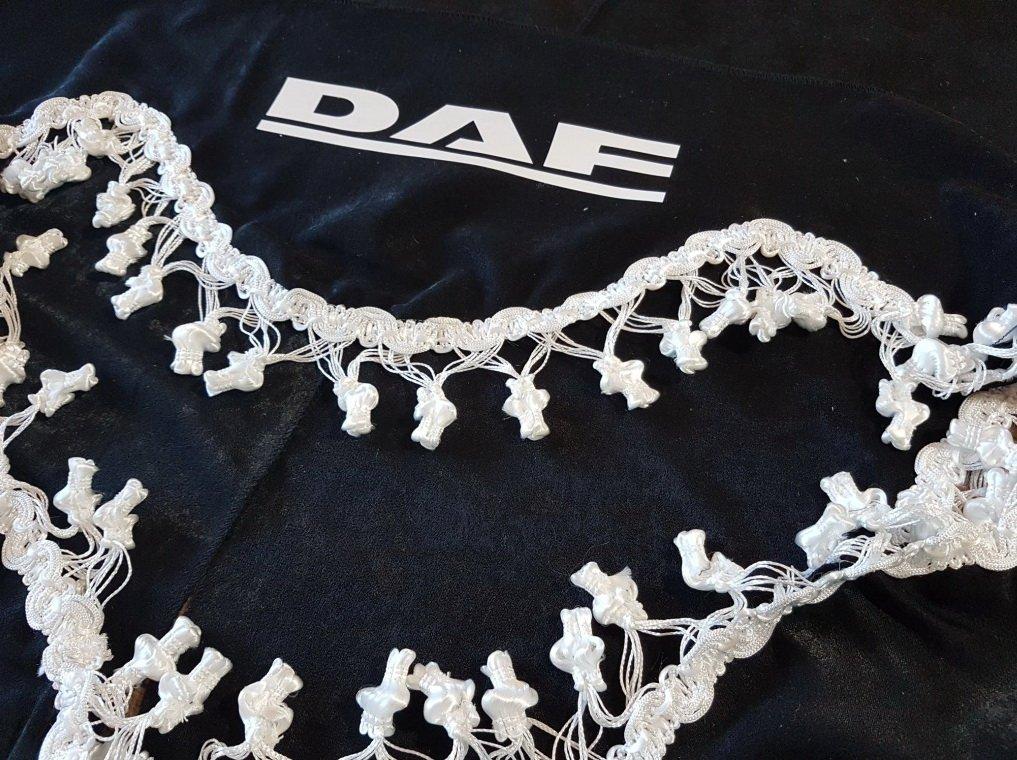 Lot de 3/rideaux Noir avec Blanc Pompon Taille universelle pour tous les mod/èles Camion DAF XF CF LF Accessoires D/écoration Tissu Peluche