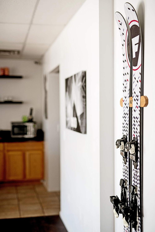 Amazon.com: Soporte de pared para esquí, tallado en madera ...