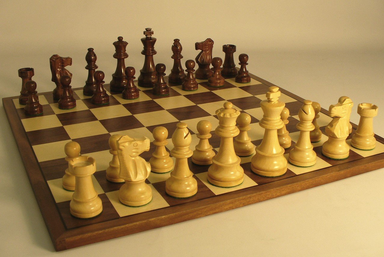 Sheesham French Chess Set auf Walnuss Board
