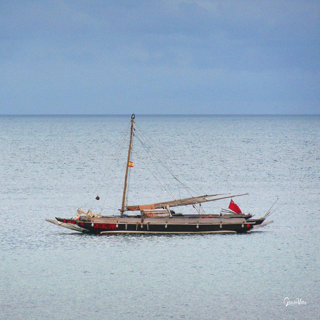 Schiff ahoi! 4 - Exklusives Künstlermotiv, XXL Bild / Wandbild, Größe: 120 x 120 cm Quadrat, Digital-Druck auf Acrylglas 5 mm. Frankreich Boot Barkasse Meer Atlantik weiß blau Bild groß Kunst