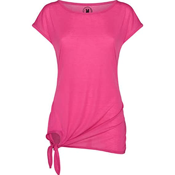 Camiseta manga corta, cuello ancho y detalle de nudo en un lateral del bajo.