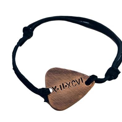 452a9fb4a0c3 Personalizado FECHA con números romanos - antiguo cobre envejecido púa de  guitarra mano con sello pulsera Natural Bla  Amazon.es  Joyería