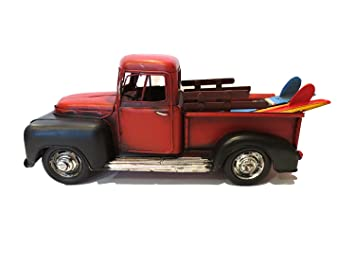 Vintage Looking rojo Pick Up Truck con tablas de surf en la parte trasera