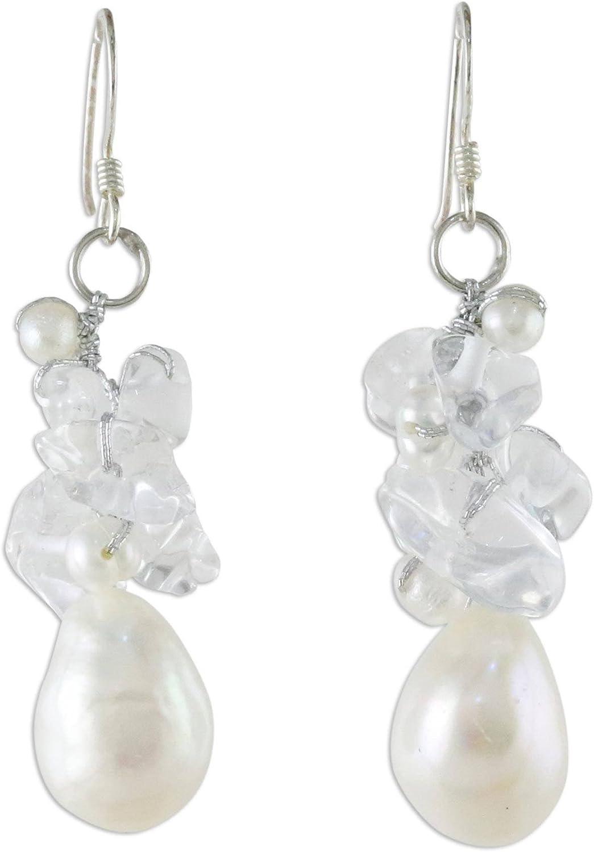 NOVICA Pendientes de perlas cultivadas de agua dulce y cuarzo con ganchos de plata de ley, carámbanos