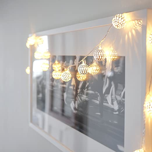 Guirnalda de 16 luces LED de hadas metálicas plateadas estilo marruecos, color blanco.