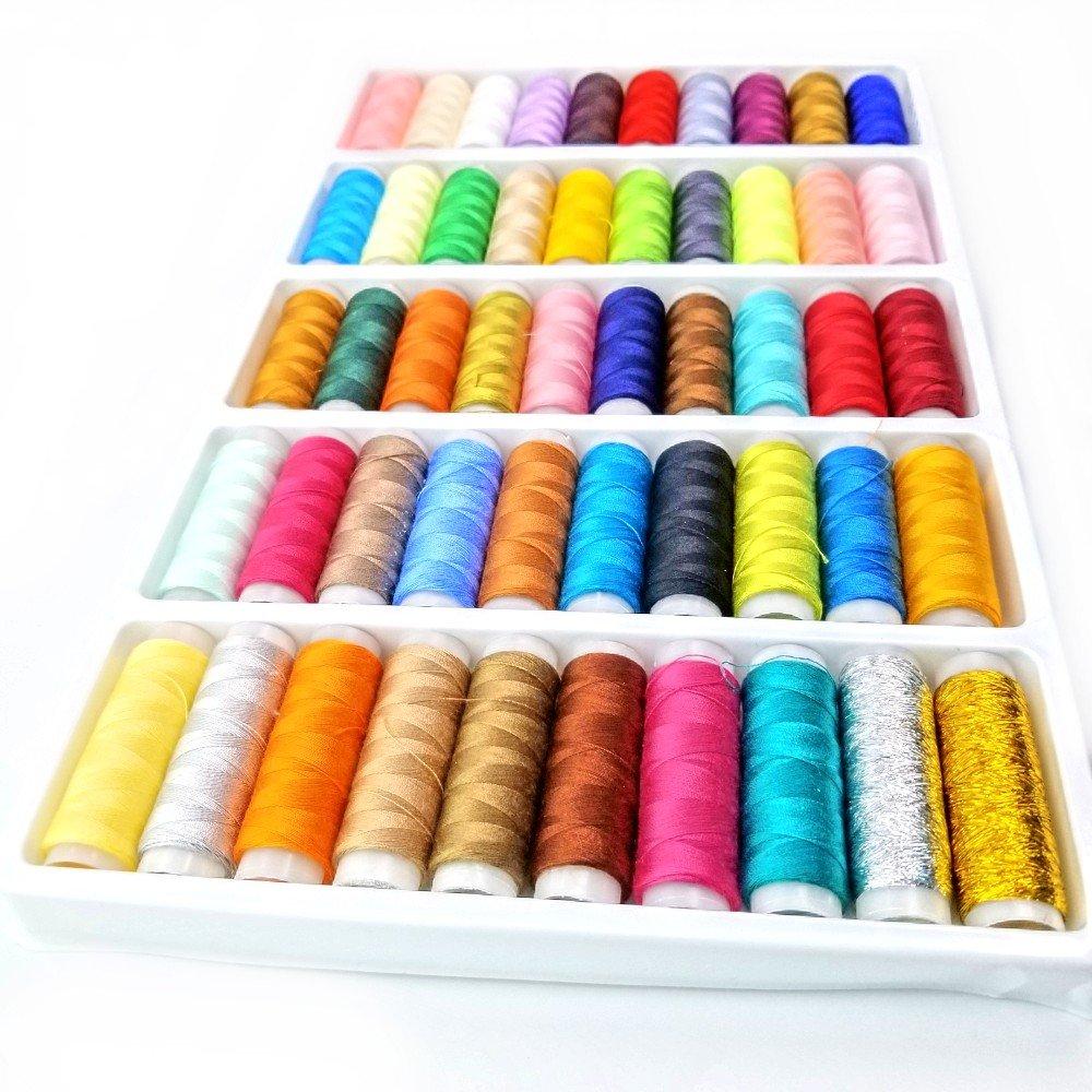Colori assortiti di rocchetti di filo di cotone per cucire a mano macchina nero