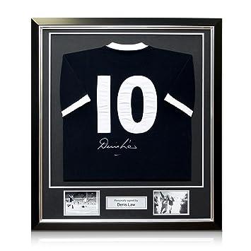 Camiseta de fútbol de Escocia firmada por Denis Law. En marco negro con incrustaciones de