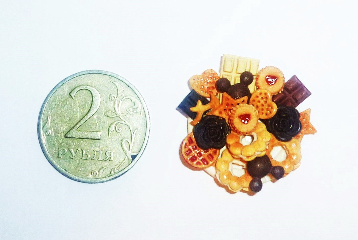 chocolate biscuits with jam Plate of biscuits,sweets Dollhouse miniature 1:12