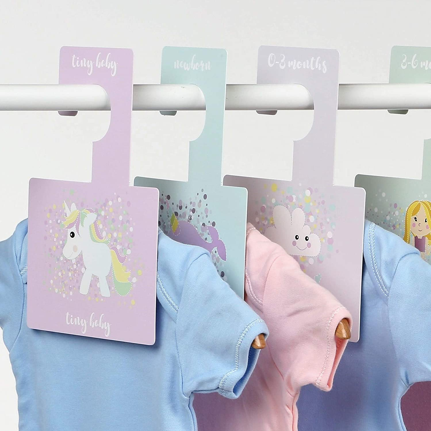 Belo + Me Baby Wardrobe Dividers | Daydreams Design | Double-Sided Wardrobe Hangers | Organise Wardrobe According to Age | Fits All Standard Nursery Rails | Pack of 8 | Daydreams Belo And Me