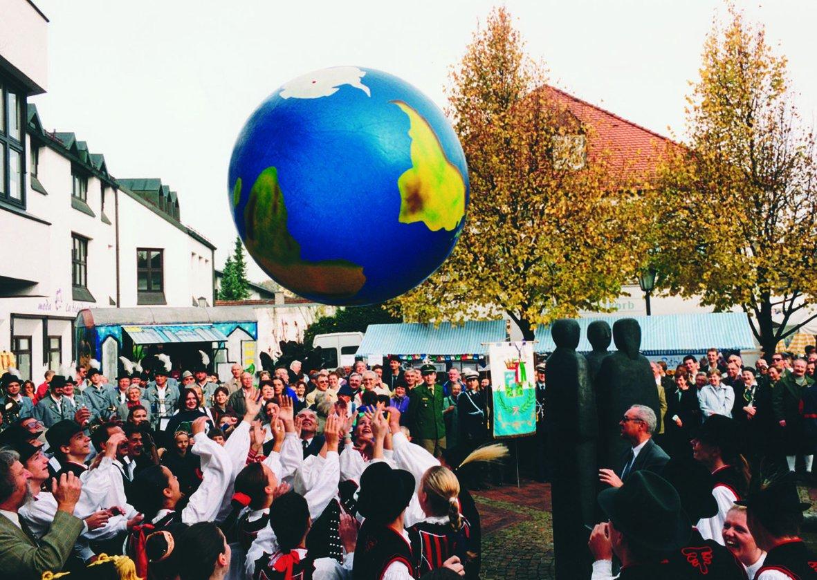 Weltkugel TOGU Erdball mit Schablonierung aufblasbarer Globus Kinder