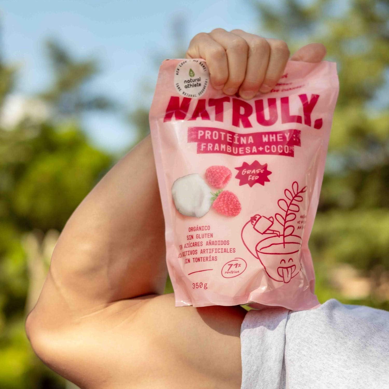 NATRULY Proteína Whey Frambuesa y Coco, 71% Proteína de Suero de Leche de Vacas de Pastoreo, Sin Azúcar Añadido, 100% Natural, Sin Gluten –350g