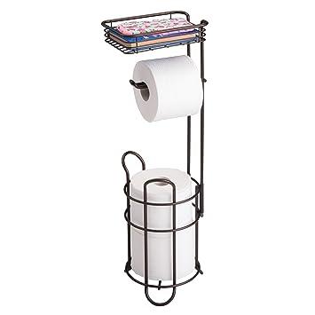 mDesign Portarrollos de papel higiénico con estante - Elegante dispensador de papel higiénico de metal - Porta rollos de pie con espacio para 3 rollos de ...