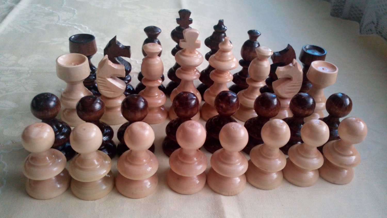 Nouveau fait main, artisanat, noisette d'art en bois beau jeu d'échecs, le roi est de 8,2 cm, la couleur brun noisette, la conception classique pièce d'échecs en bois