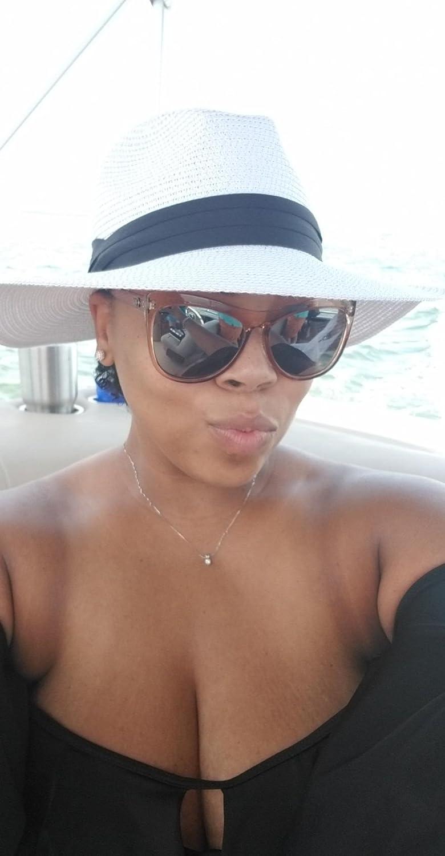 DRESHOW Damen Breiter Krempe Stroh Sommer Panama aufrollen Hut Fedora Strand Sonnenhut UPF50