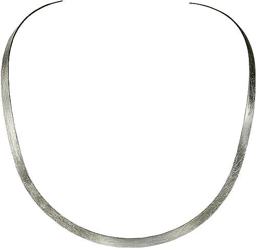 collier ras de cou ouvert sur le devant