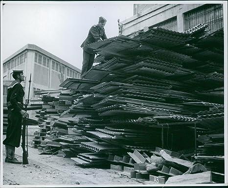 Vintage foto de pila de materiales para apilar de casetas de británico de llegada en Grecia