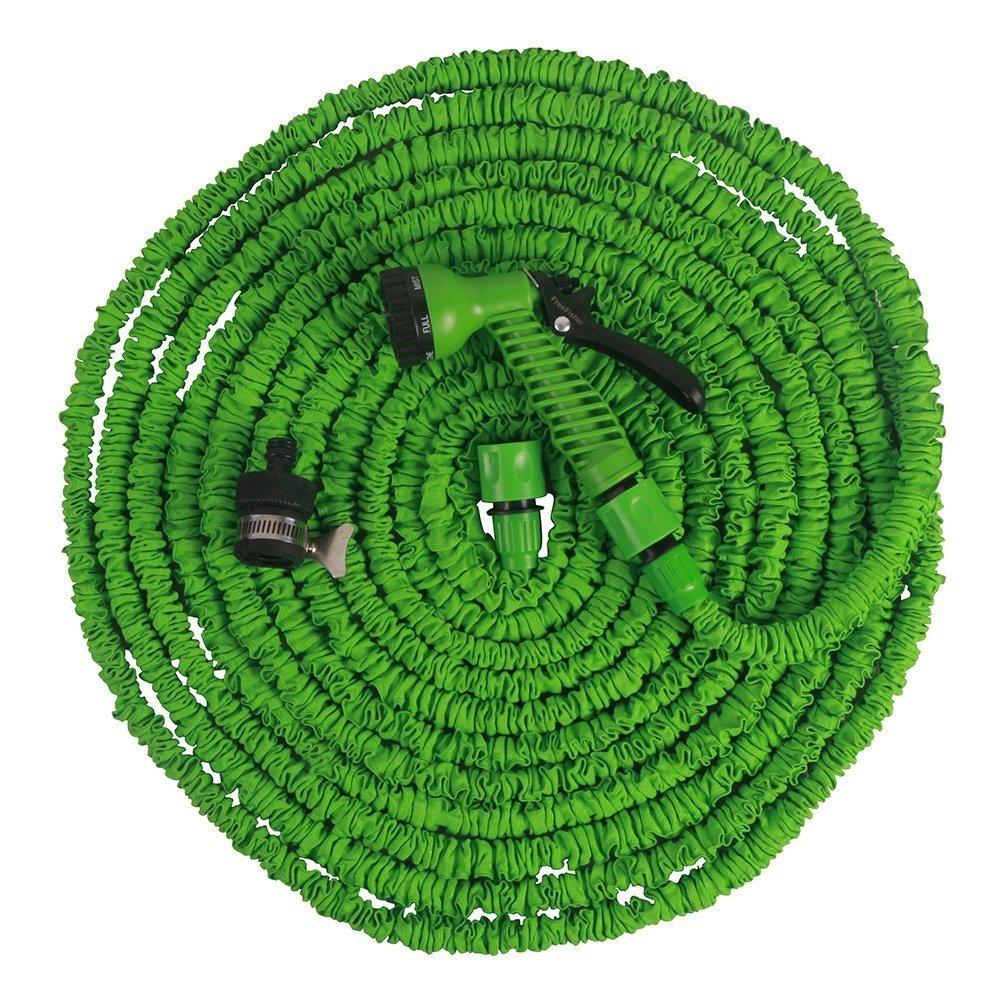 Mit einem Gartenschlauch können Sie im Vergleich zur Gießkanne Ihren Garten bequem und ohne viel Mühe bewässern.