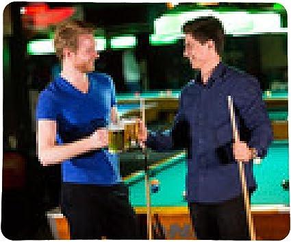 alfombrilla de ratón Los hombres jóvenes jugando al billar y beber ...