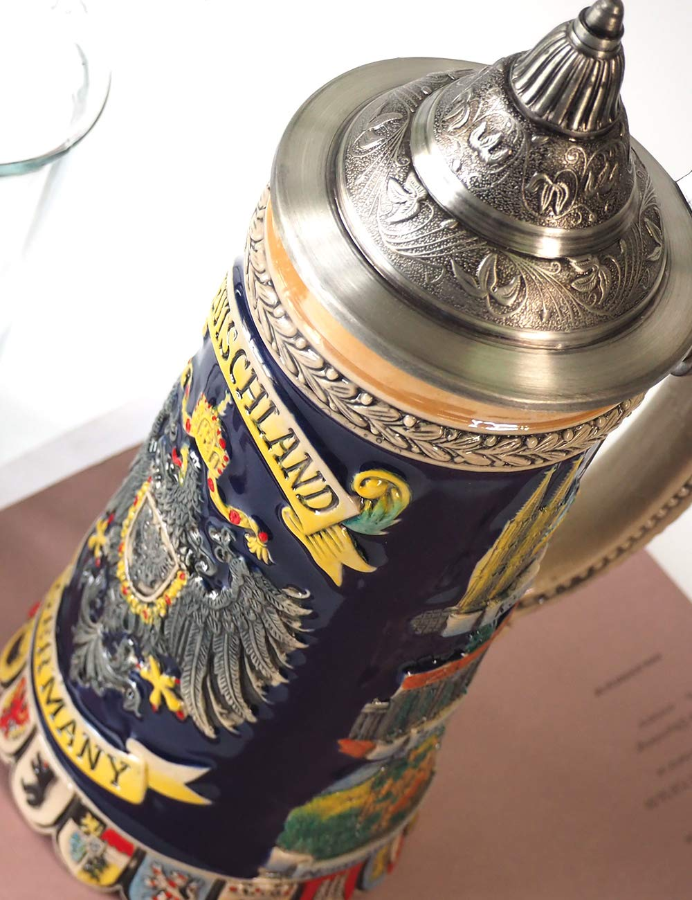 Homeberry 0.6L Deutschland Bierkrug mit Deckel Germany Beer Stein with Lid Beer Mug Beer Cup Deutschland Bierkrug mit Zinn CoA bemalte Deckel Deutschland Bierkrug Deutschland Traditionelle Deutschland Bierkrug Bierkrug Relief Xiamen Henry Arts Co Ltd HB08