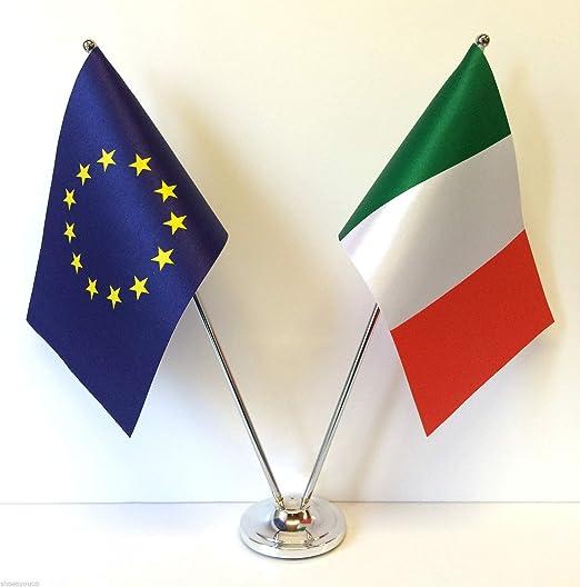 Flagmania® - Banderas de la Unión Europea e Italia (Cromo y satén), Juego de Banderas de Mesa + Insignia de botón de 59 mm: Amazon.es: Jardín