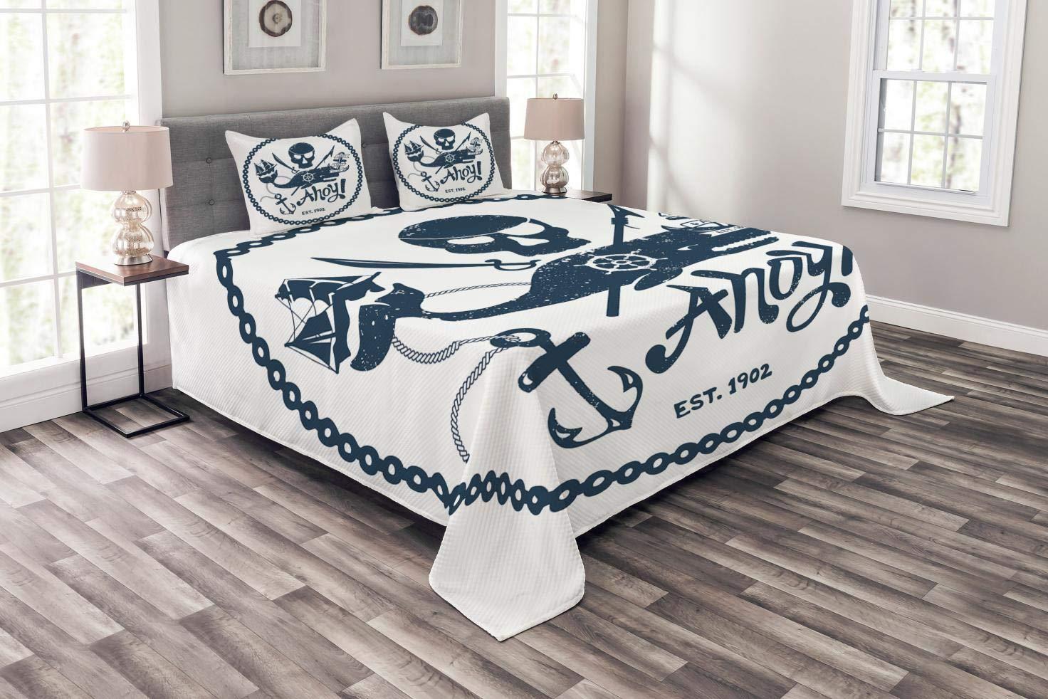 Abakuhaus Anker Tagesdecke Set, Nautik Piraten-Schädel, Set mit Kissenbezügen luftdurchlässig, für Doppelbetten 264 x 220 cm, Dunkelblau Weiß