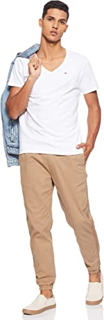 Cuerpo completo con camiseta blanca Tommy Hilfiger