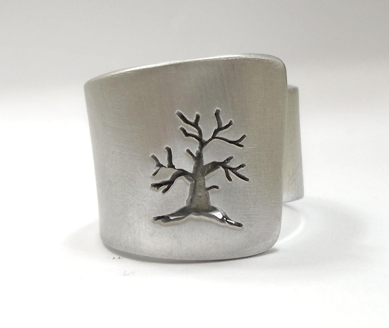 Anello in alluminio aperto, artisticamente traforato con albero (perpendicolare), con testo personalizzato.